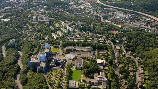 Luftaufnahme der Universität und Stadt Siegen