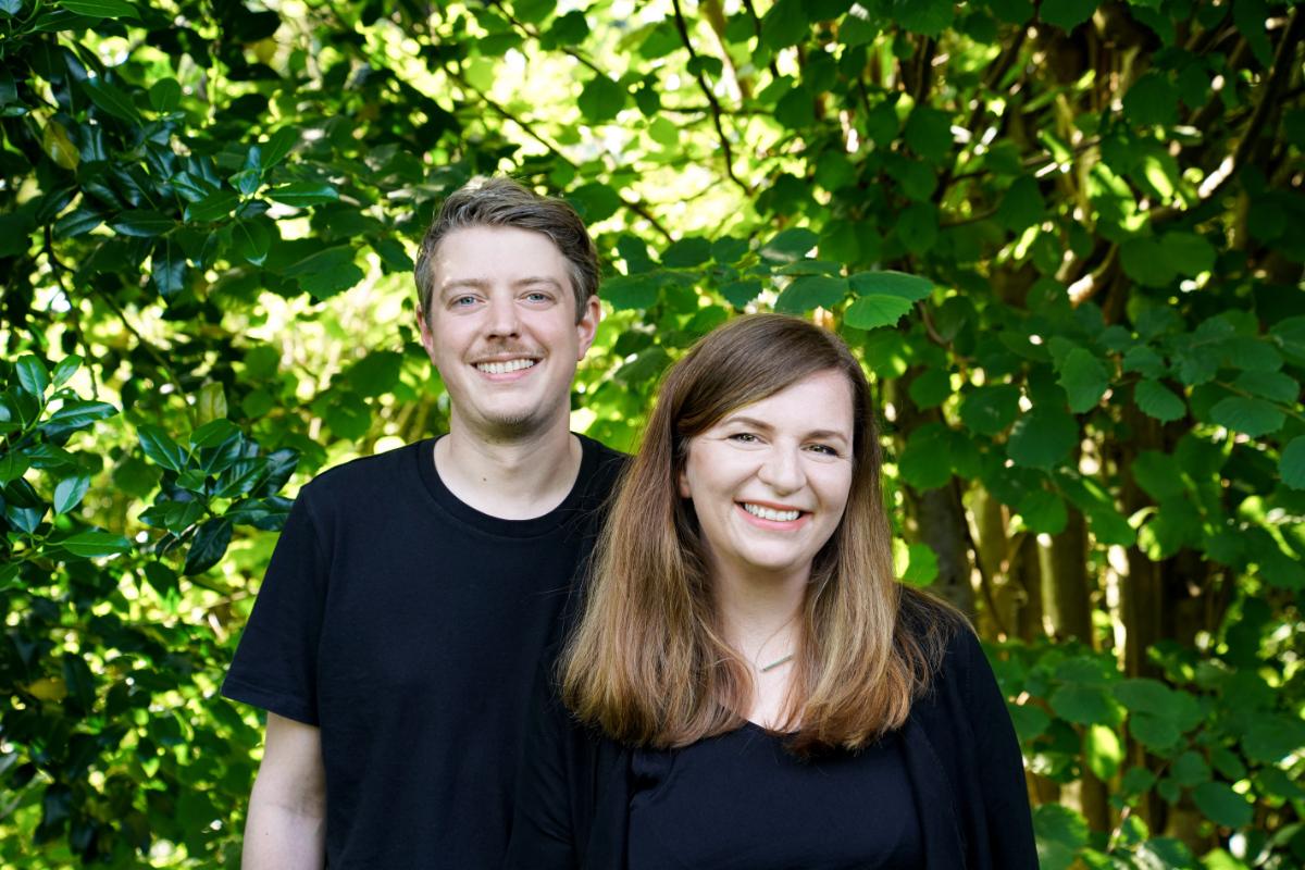Mann und Frau vor Natur