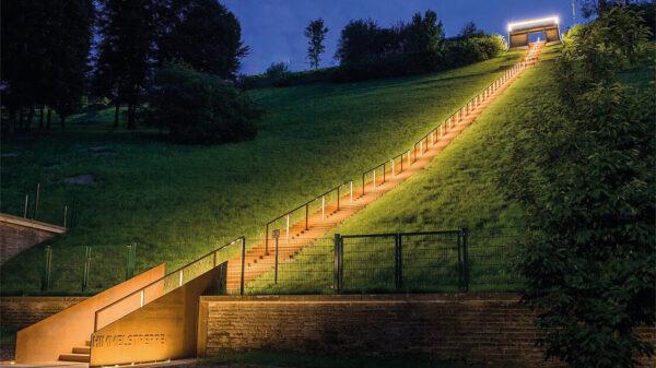 Beleuchtetet Treppe aus Stahl in der Nacht