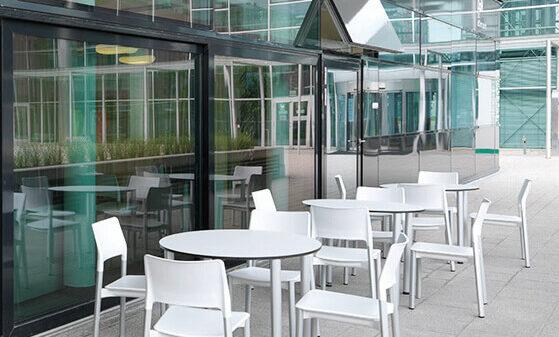 Stühle vor einem Gebäude