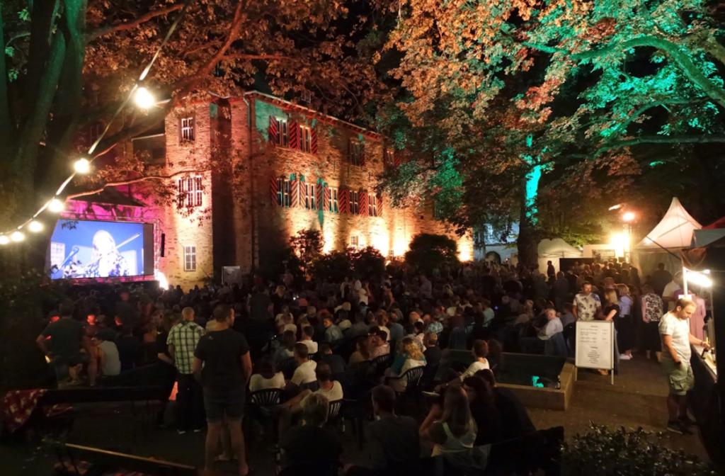 Publikum im Siegener Schlosshof