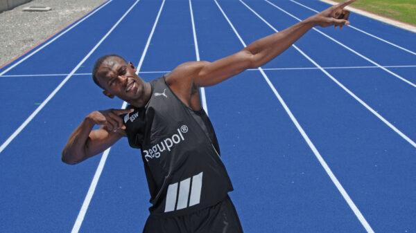 Sprinter Usain Bolt jubelt auf Tartanbahn