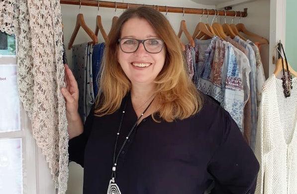 Frau lachend im Laden