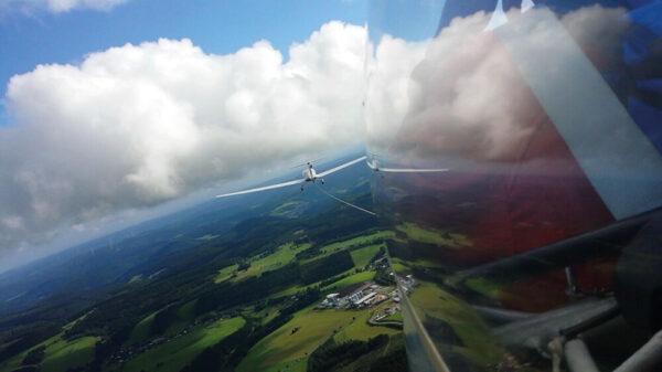 Blick über eine waldige Landschaft aus einem Segelflugzeug