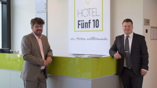 Zwei Männer im Empfangsbereich eines Hotels