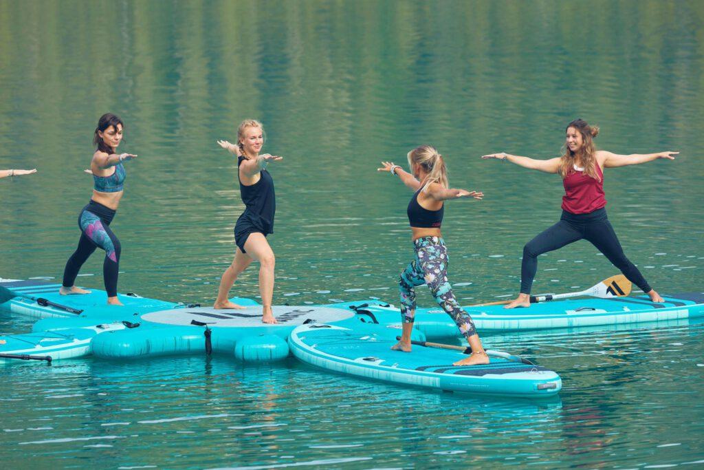 Frauen stehen auf SUP auf dem Wasser