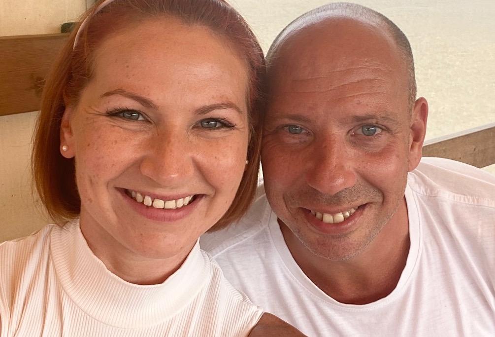 Mann und Frau am Lachen