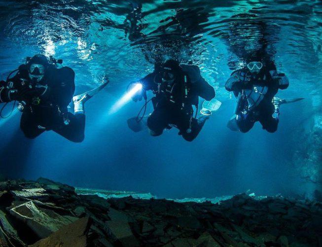 Drei Taucher unter Wasser