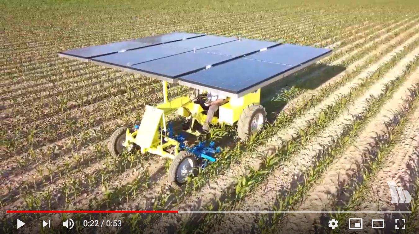 Traktor von oben, der auf einem Feld arbeitet
