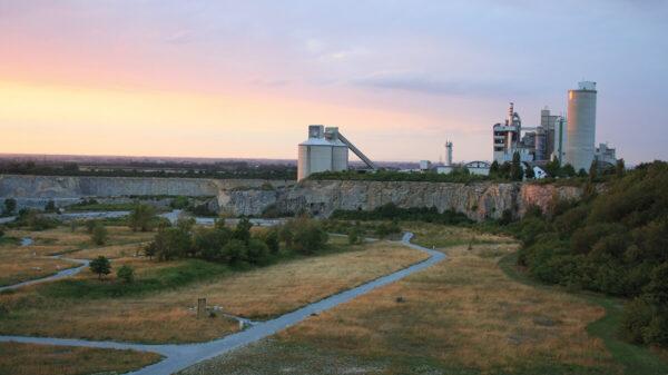 Blick auf Gebäude eines Steinbruchs bei Sonnenuntergang