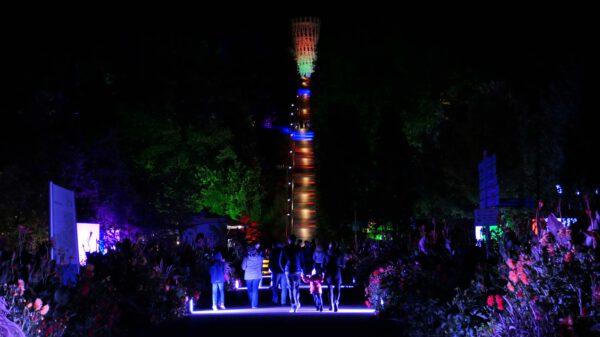 Lichter in der Dunkelheit und Menschen