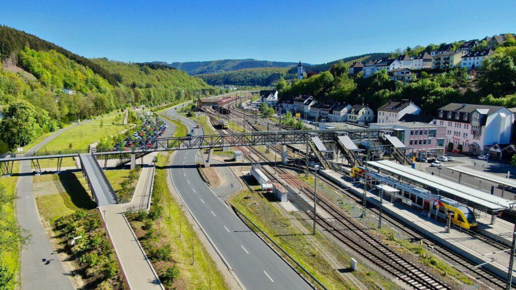Blick auf einen Bahnübergang, Gleise und eine Straße