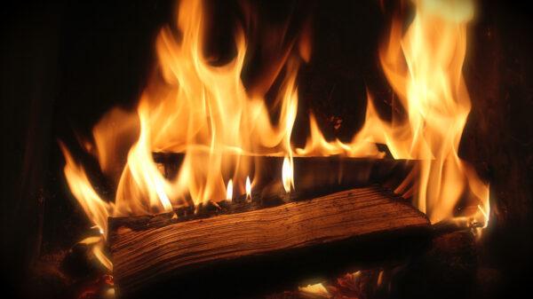 Brennende Holzscheite auf einem Stapel