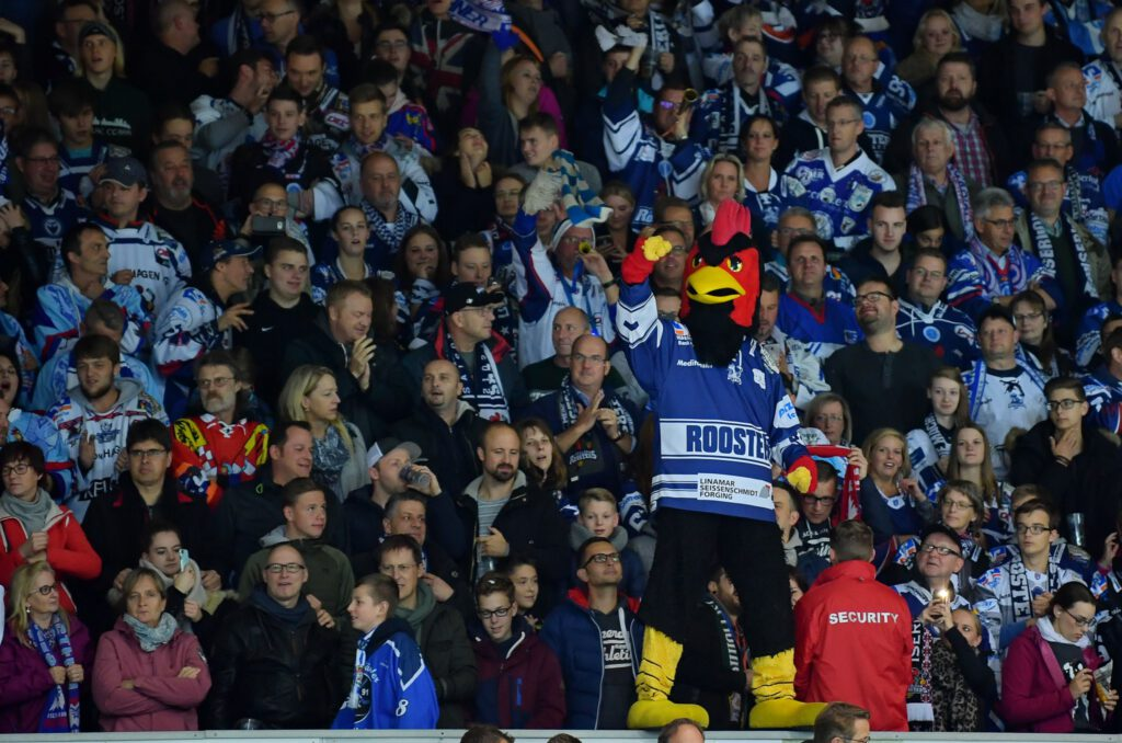 Masskottchen Iserlohn Roosters vor Fans