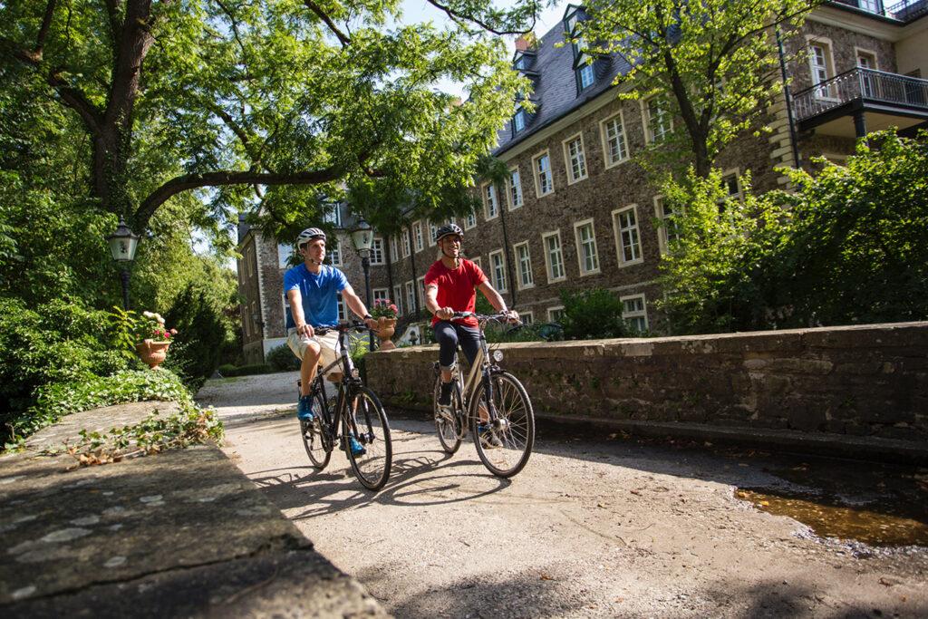 zwei Menschen auf einem Fahrrad