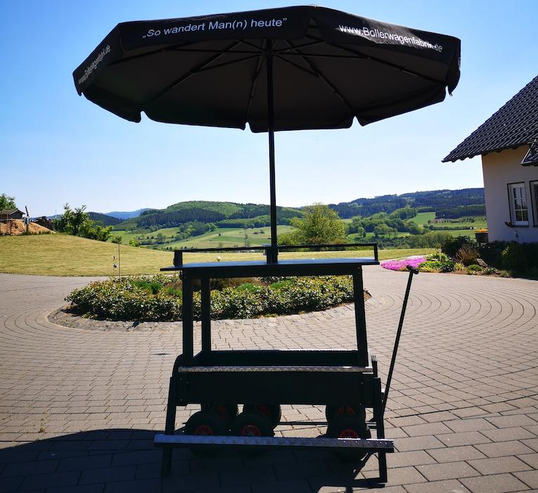 Bollerwagen mit Sonnenschirm