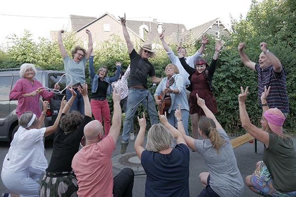 mehrere Menschen stehen in einem Kreis und halten einen Arm nach oben