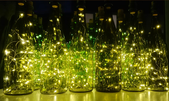 Flaschen mit Lichterketten