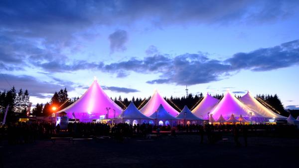 Beleuchtete Zelte im Dunklen
