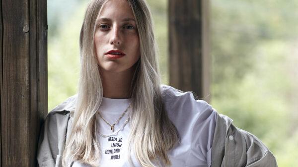 Oberkörper einer jungen Frau