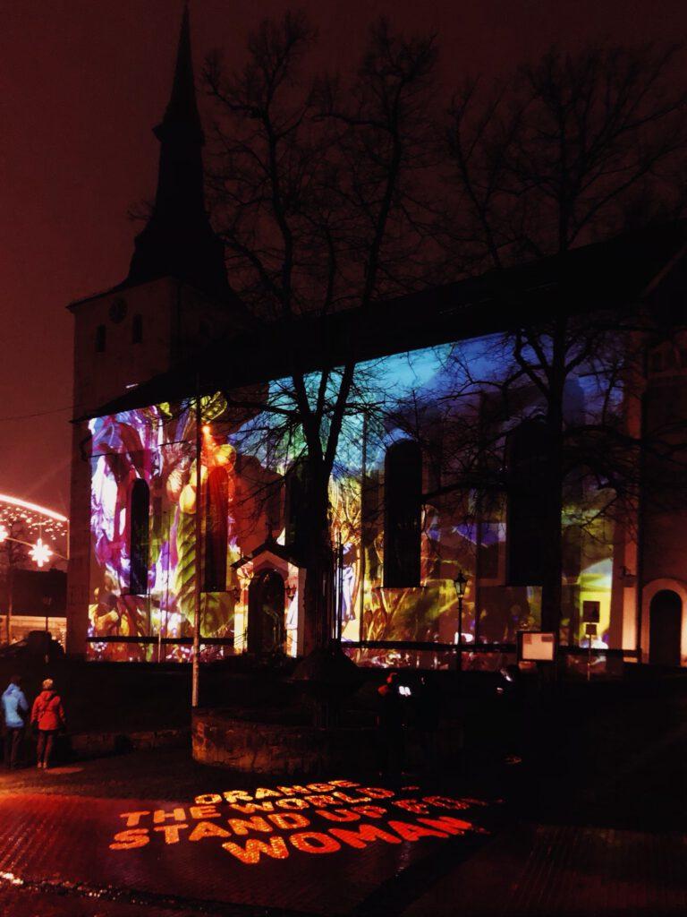 eine beleuchtete Kirche