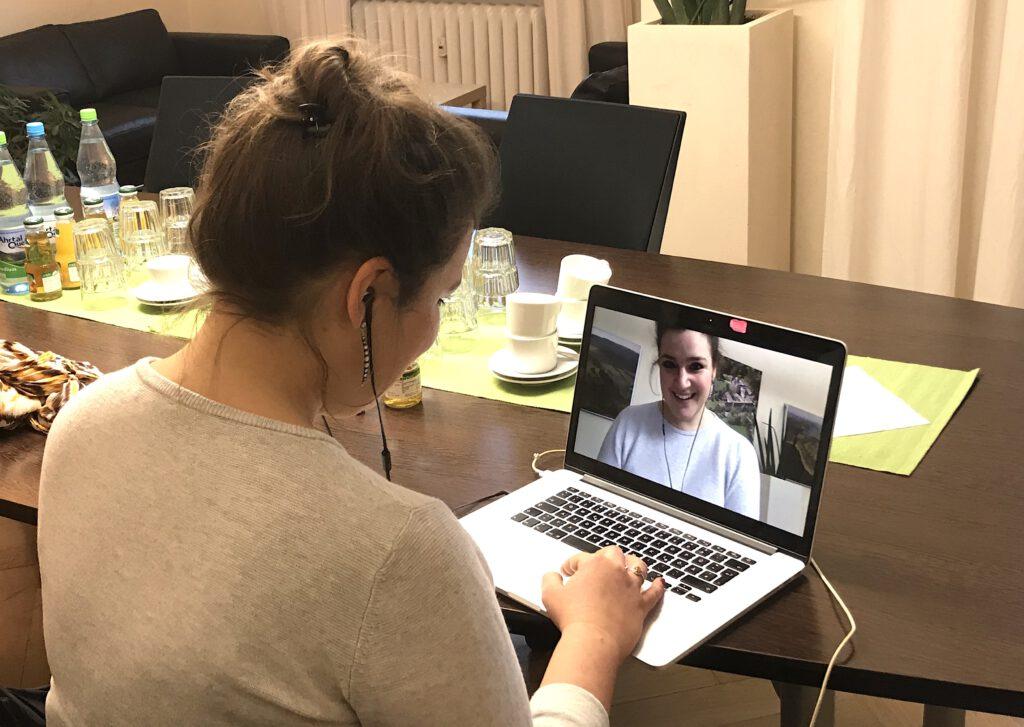 Frau sitzt vor ihrem Laptop