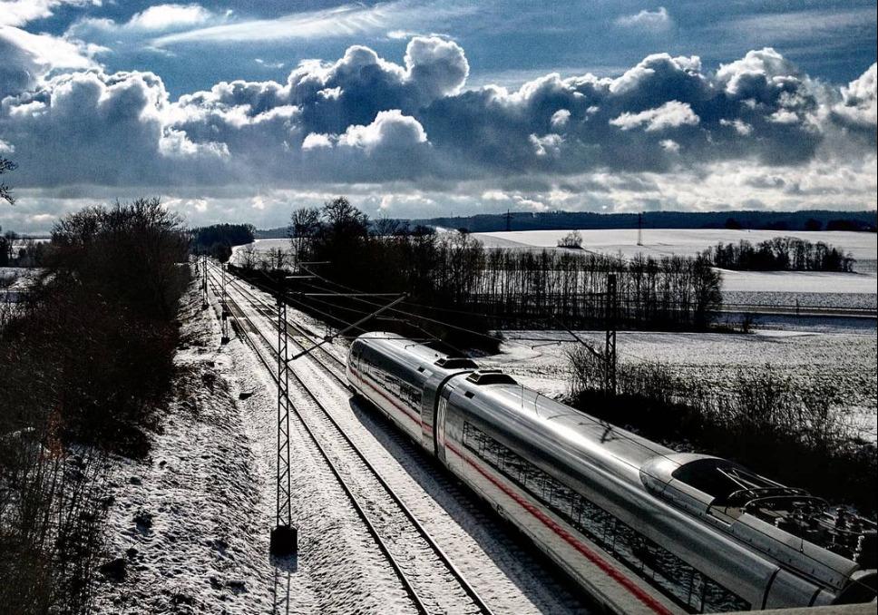 Ein Zug in einer Winterlandschaft