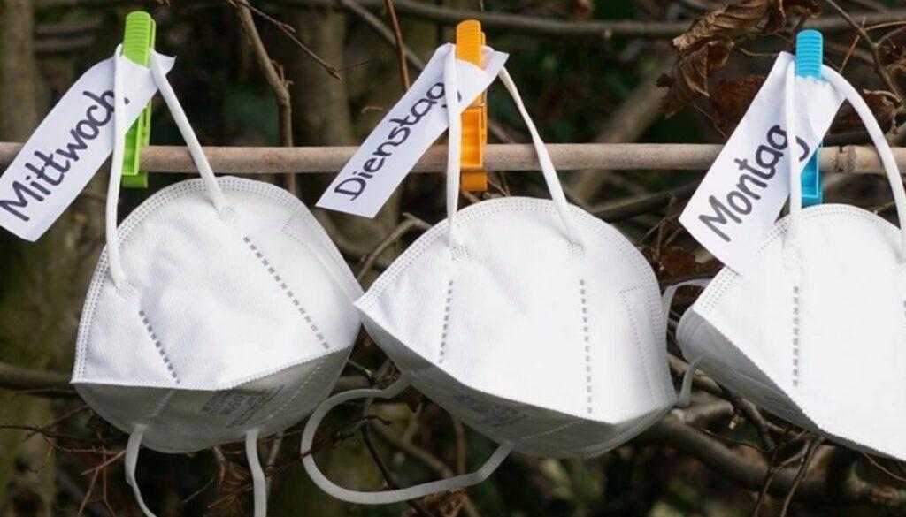 aufgehängte FFP2 Masken mit Wochentagsschildern dran