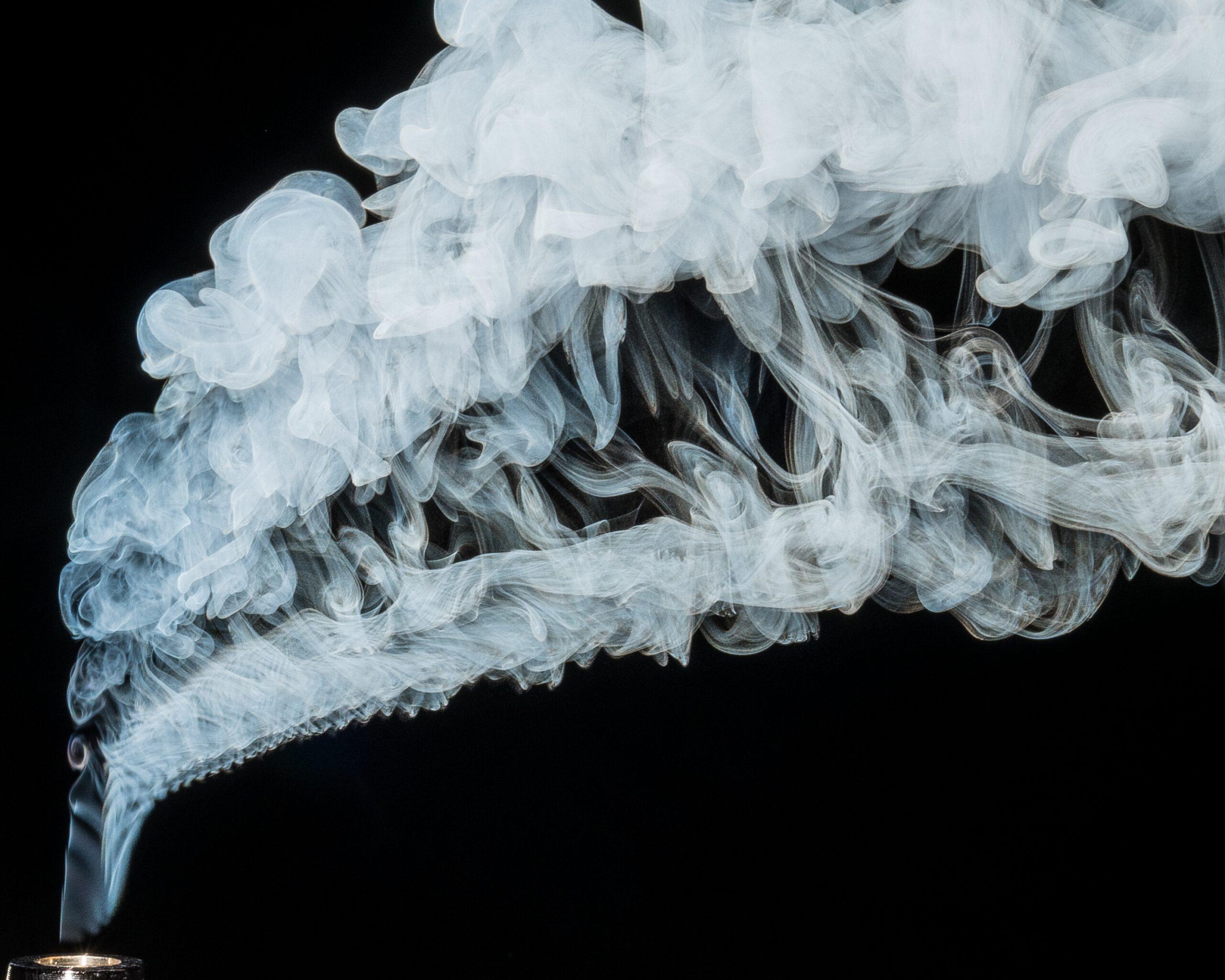 Aus einer E-Zigarette zieht Rauch auf