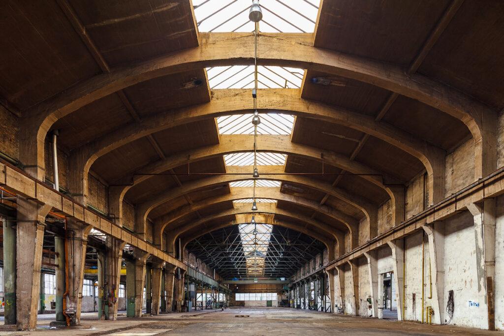 Der Innenraum einer großen leerstehenden Industriehalle