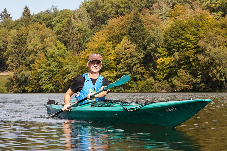 Mann rudert im Kayak