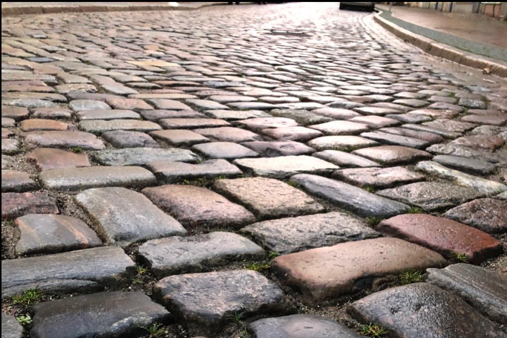 Eine Straße mit Kopfsteinpflaster