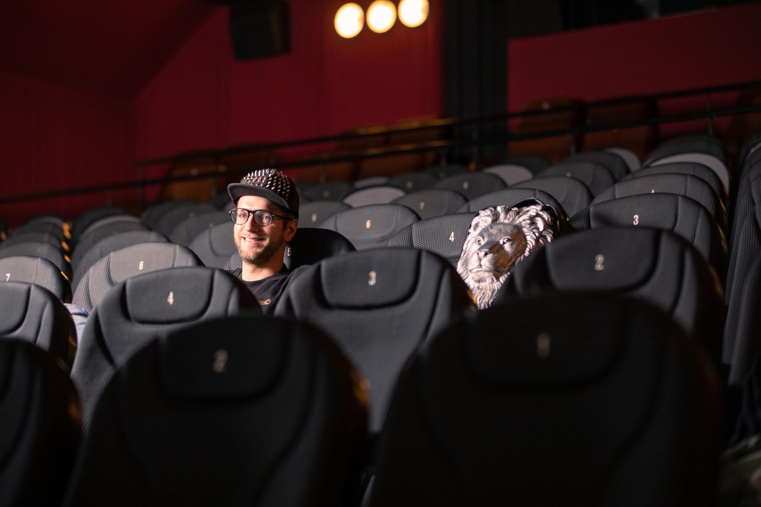 Mann sitzt im Kinosaal