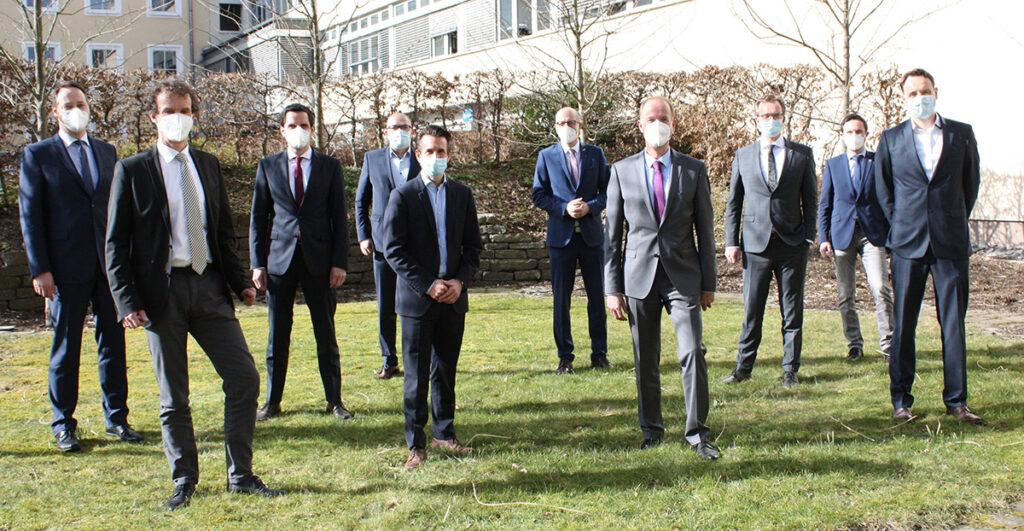 Männer stehen auf einer Wiese