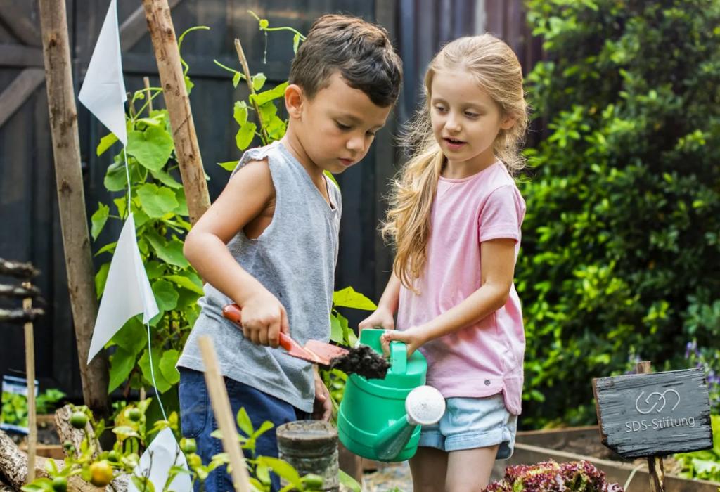Kinder bei der Gartenkinder