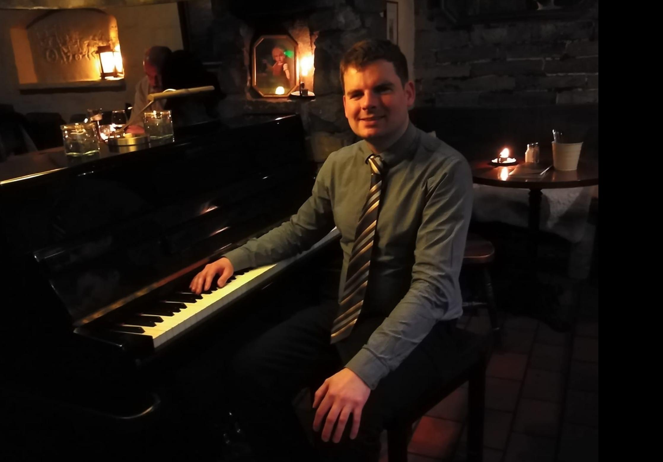 Mann sitzt am Klavier