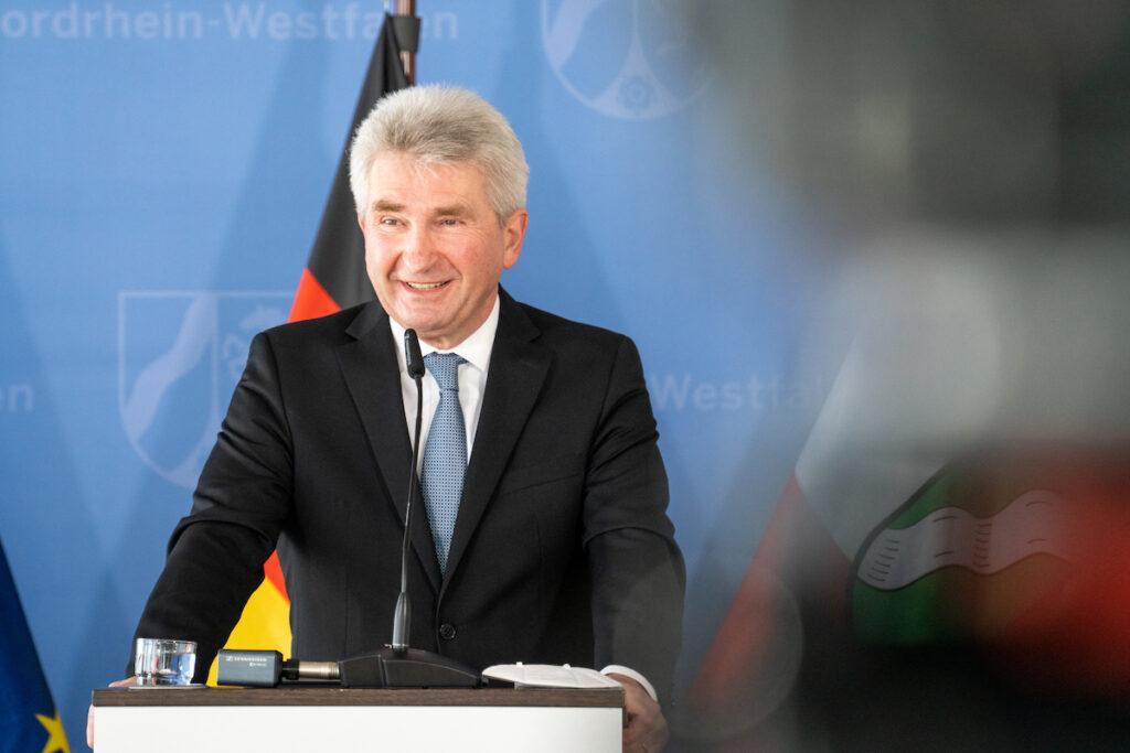 NRW-Digitalminister Andreas Pinkwart steht an einem Rednerpult