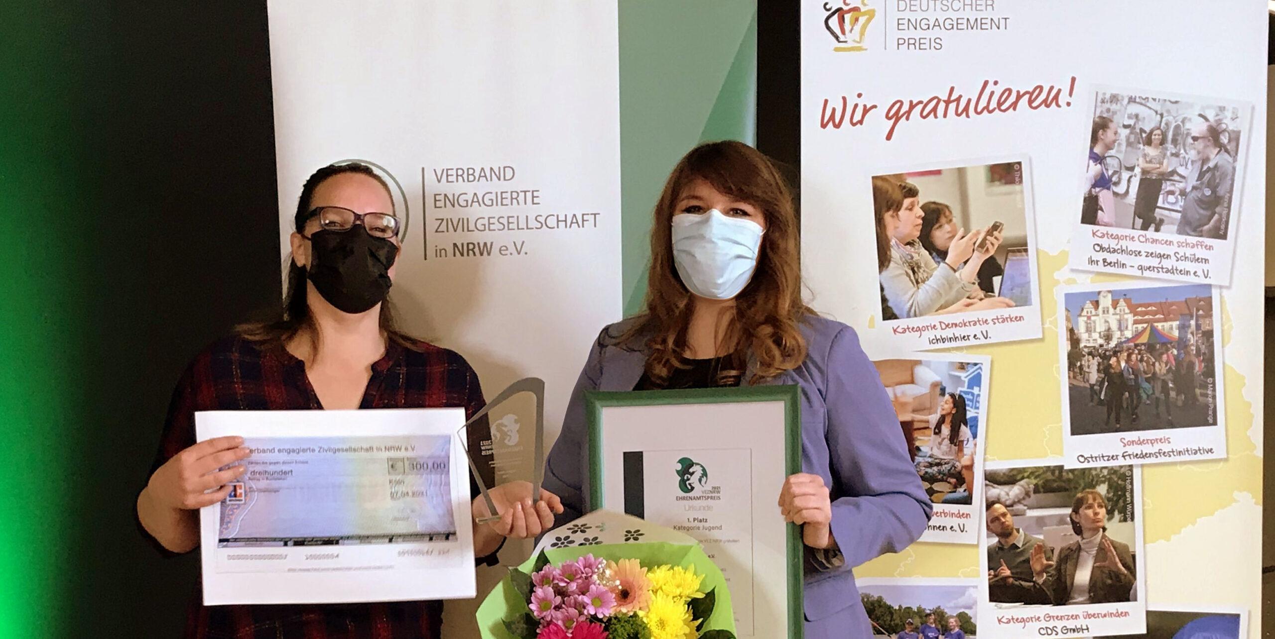 Zwei Frauen bekommen Preis verliehen