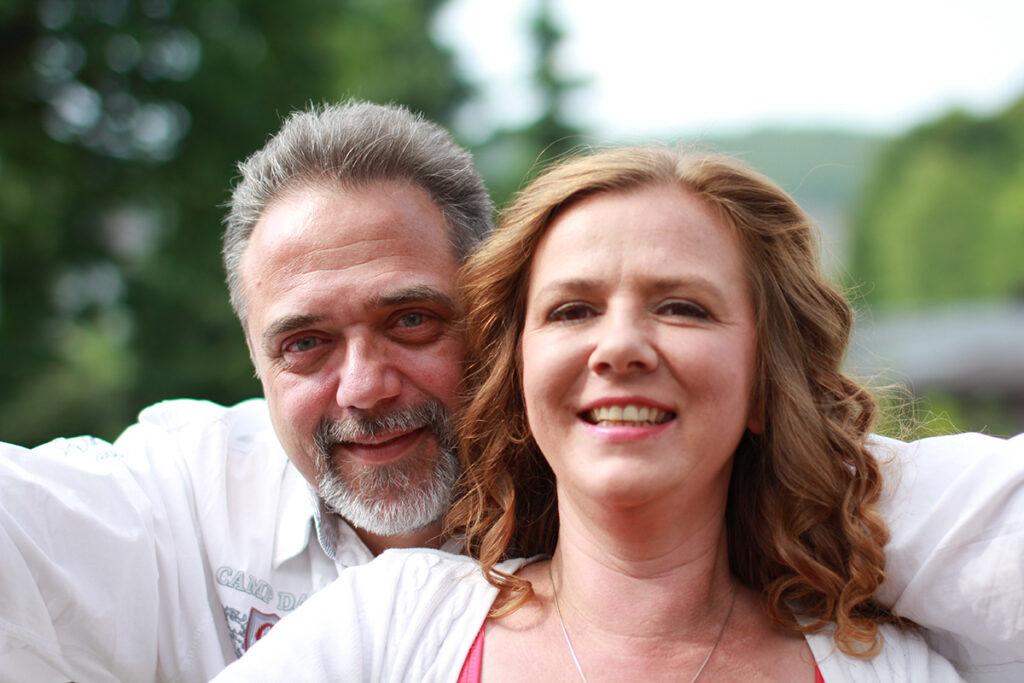 Mann und Frau lächeln in die Kamera