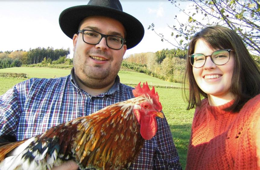 Mann und Frau mit Huhn