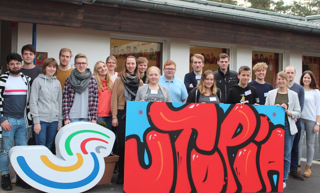 Gruppe von jungen Erwachsenen während Jugendkonferenz UTOPiA