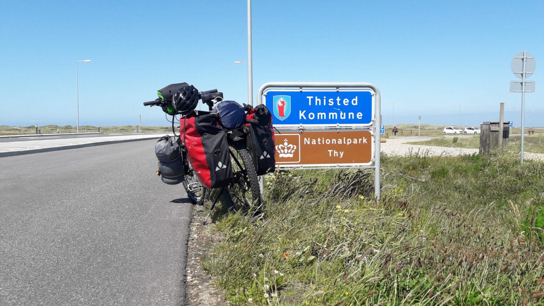Fahrrad steht vor Verkehrsschildern