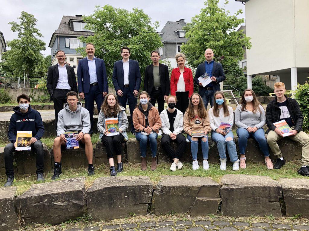 Sechs Verantwortliche und neun Schüler der neuen internationalen Schule in Olpe