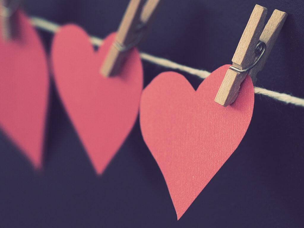 Ausgeschnittene Herzen an einer Wäscheleine aufgehängt
