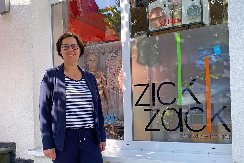 Frau Geueke Hennemann vor dem Schaufenster ihres Geschäfts